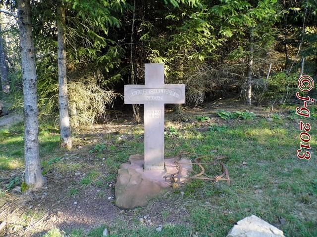 Gegenüber dem eisernen Brandschneiderkreuz steht nun ein zweites steinernes Kreuz.