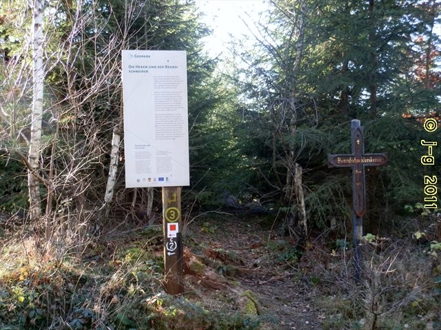 Eisernes Brandschneiderkreuz mit Geopark-Tafel (Sage).