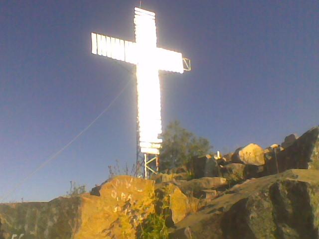 Cruz en la cima del cerro Chivato (imagen gentileza de Juvenal Soto)