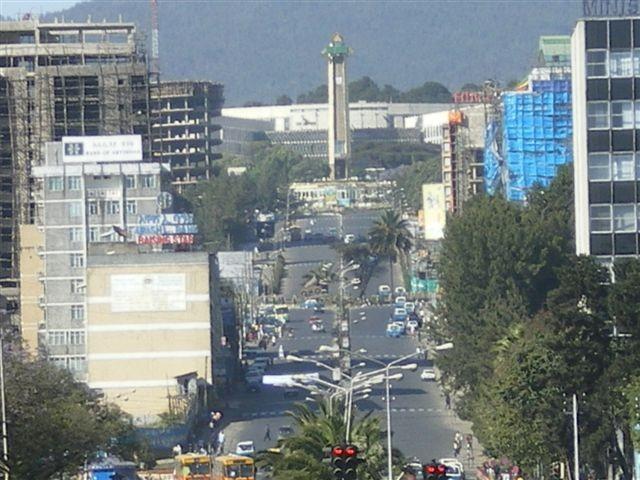 Addis Abeba, 2400 m d'altitude, derrière nous la gare de chemin de fer (désafectée), en face et en haut de la Churchill avenue, l'hôtel de ville.