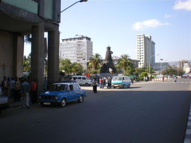 Sur le côté gauche en montant la Churchill avenue, le Lion de Judée, emblème de l'Ethiopie. Cette statue stylisée de 10 m de hauteur est l'oeuvre d'un Français (Maurice Calka, 1955).