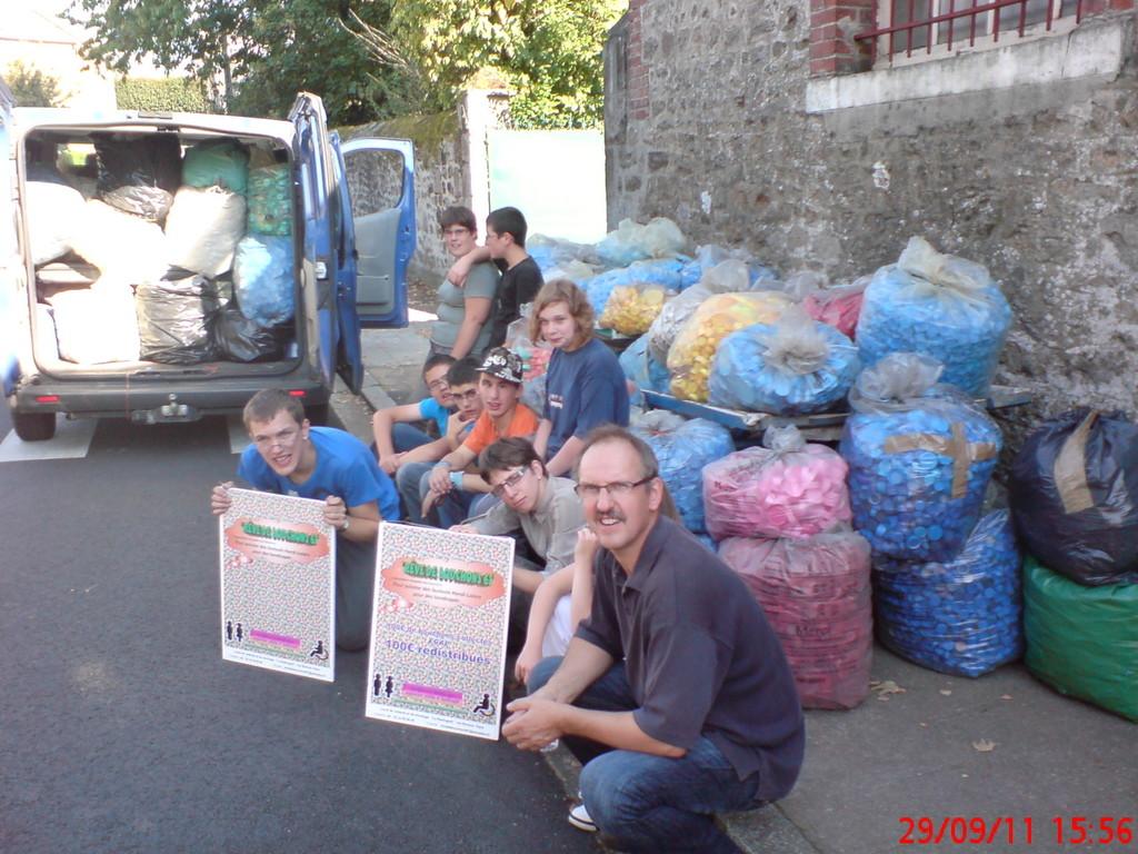 2011 Livraison de la collecte de bouchons de l'IME Les Peupliers de FLers