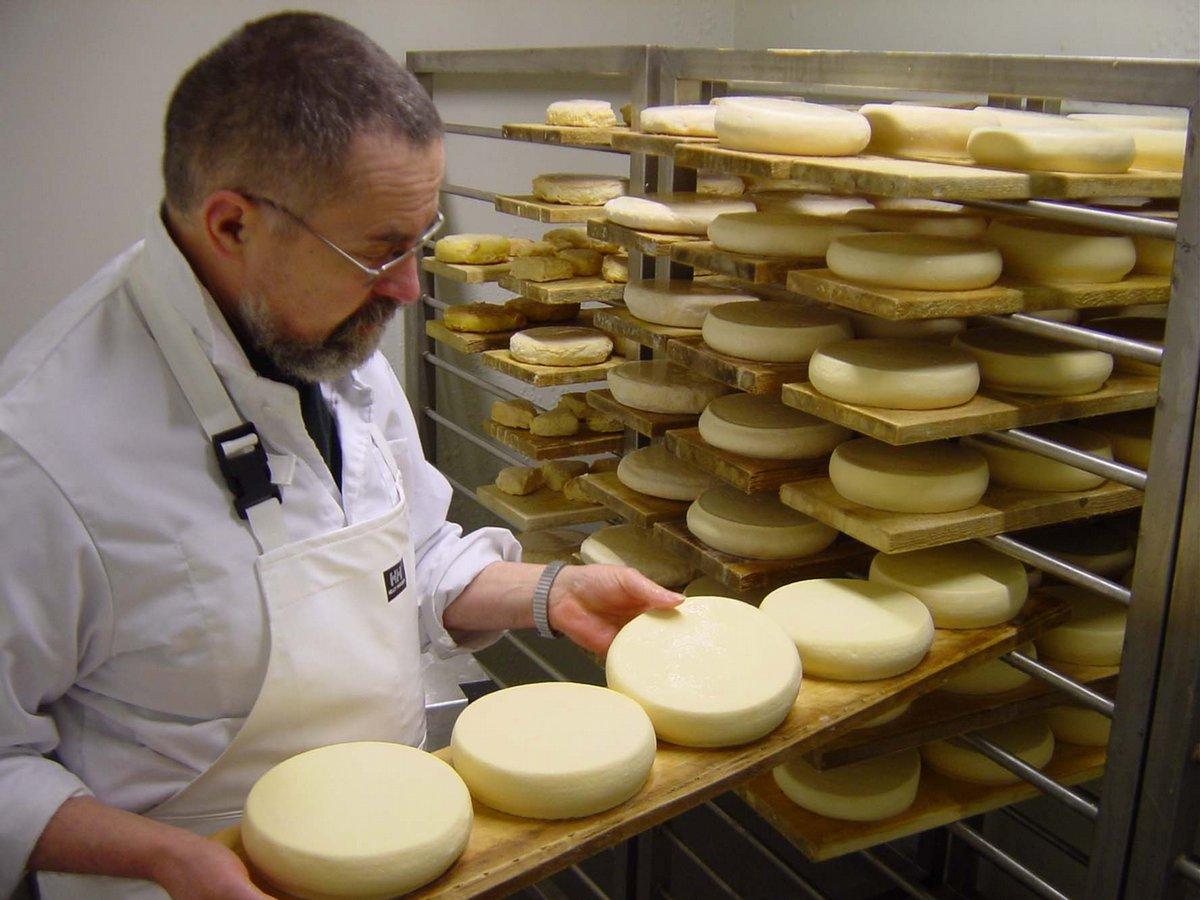 Bruder Joel bei der Käseproduktion (Foto: Munkeby Mariakloster