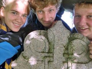 Die Reise beginnt: Felicia, Konrad und Felix am Startstein des Olavswegs.