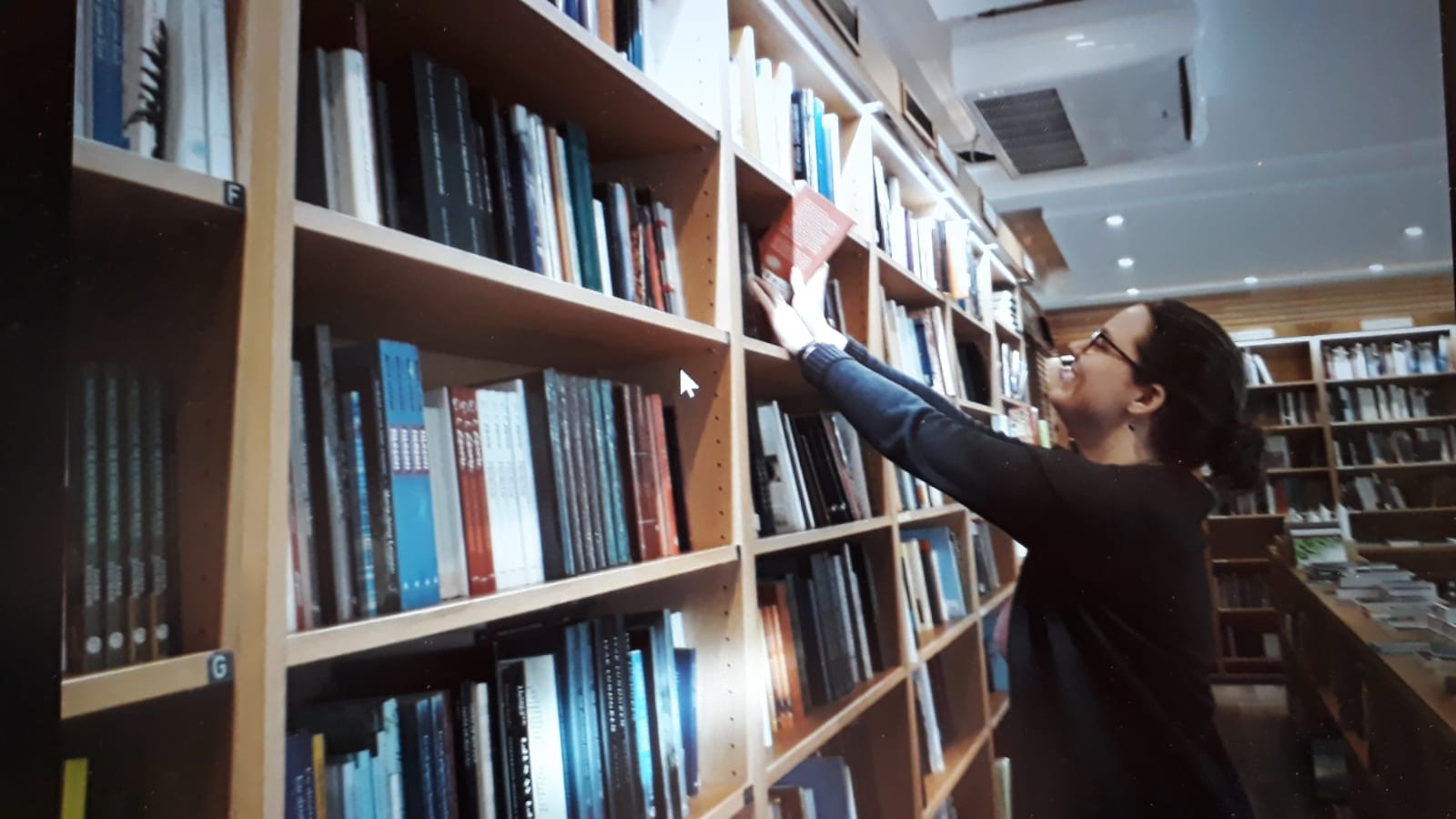Catalina bei der Arbeit im Buchladen