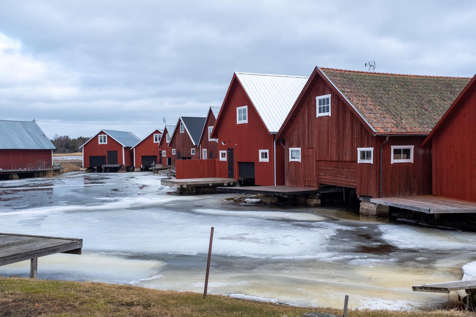 Fischerdorf an der gefrorenen Ostsee