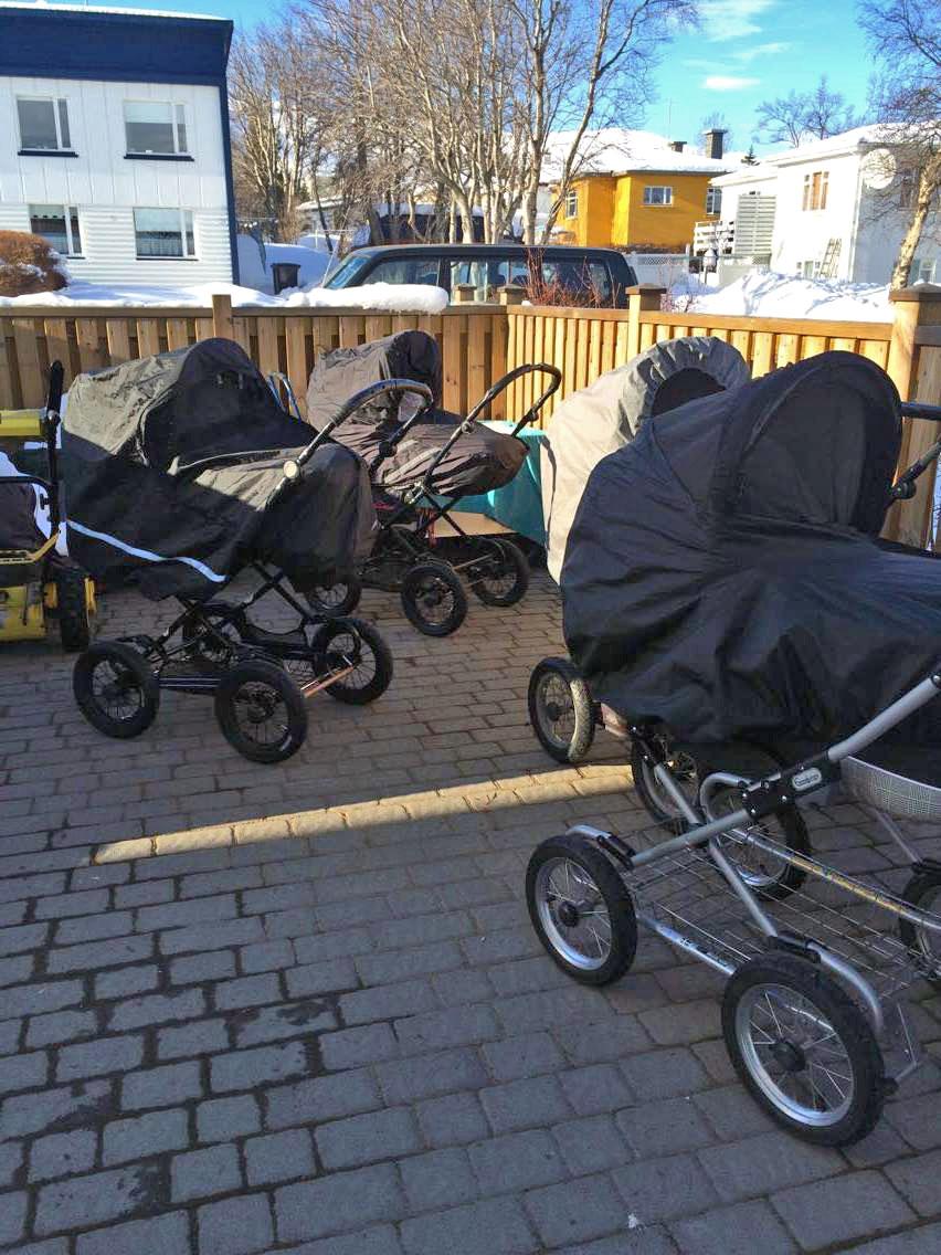 Die Kinder halten ihren Mittagsschlaf in Akureyri draußen.