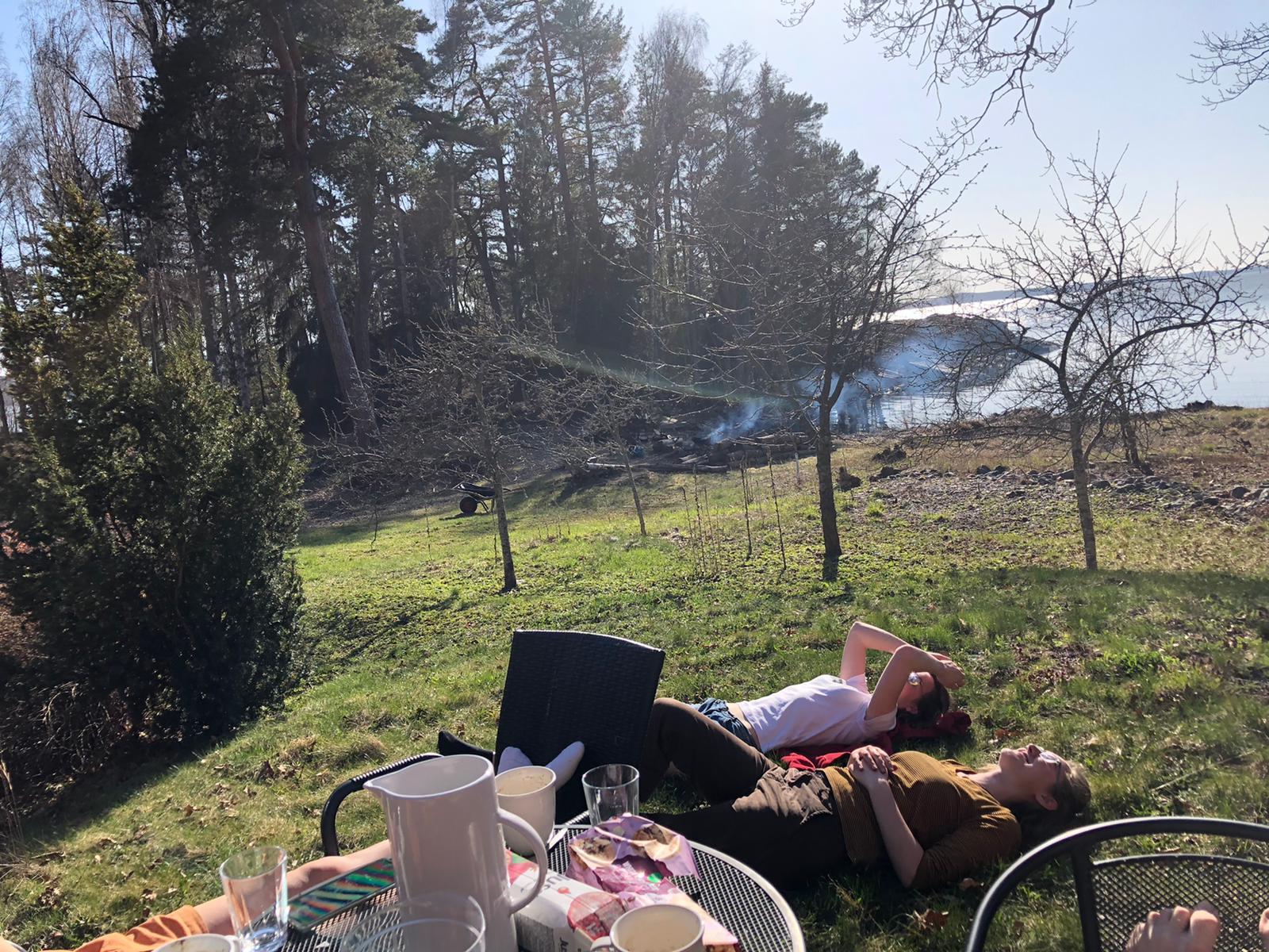 Sonja und Clarita genießen die sommerlichen Temperaturen