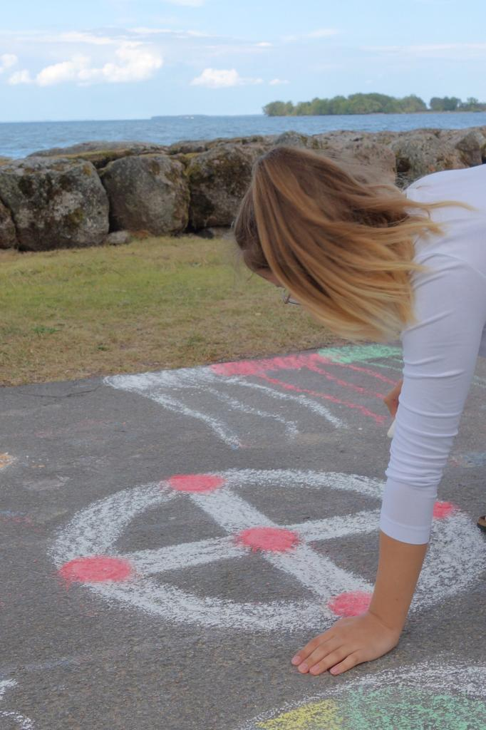 Irina versucht sich an Strassenkunst in Vadstena
