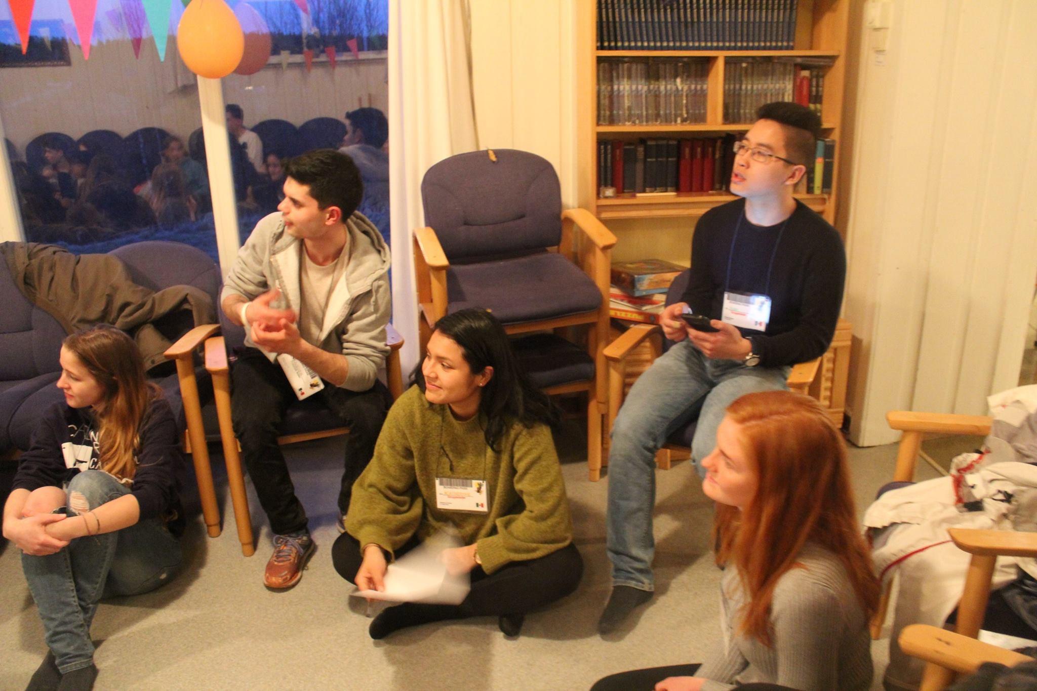 Annika Reiß (links) mit norwegischen Jugendlichen