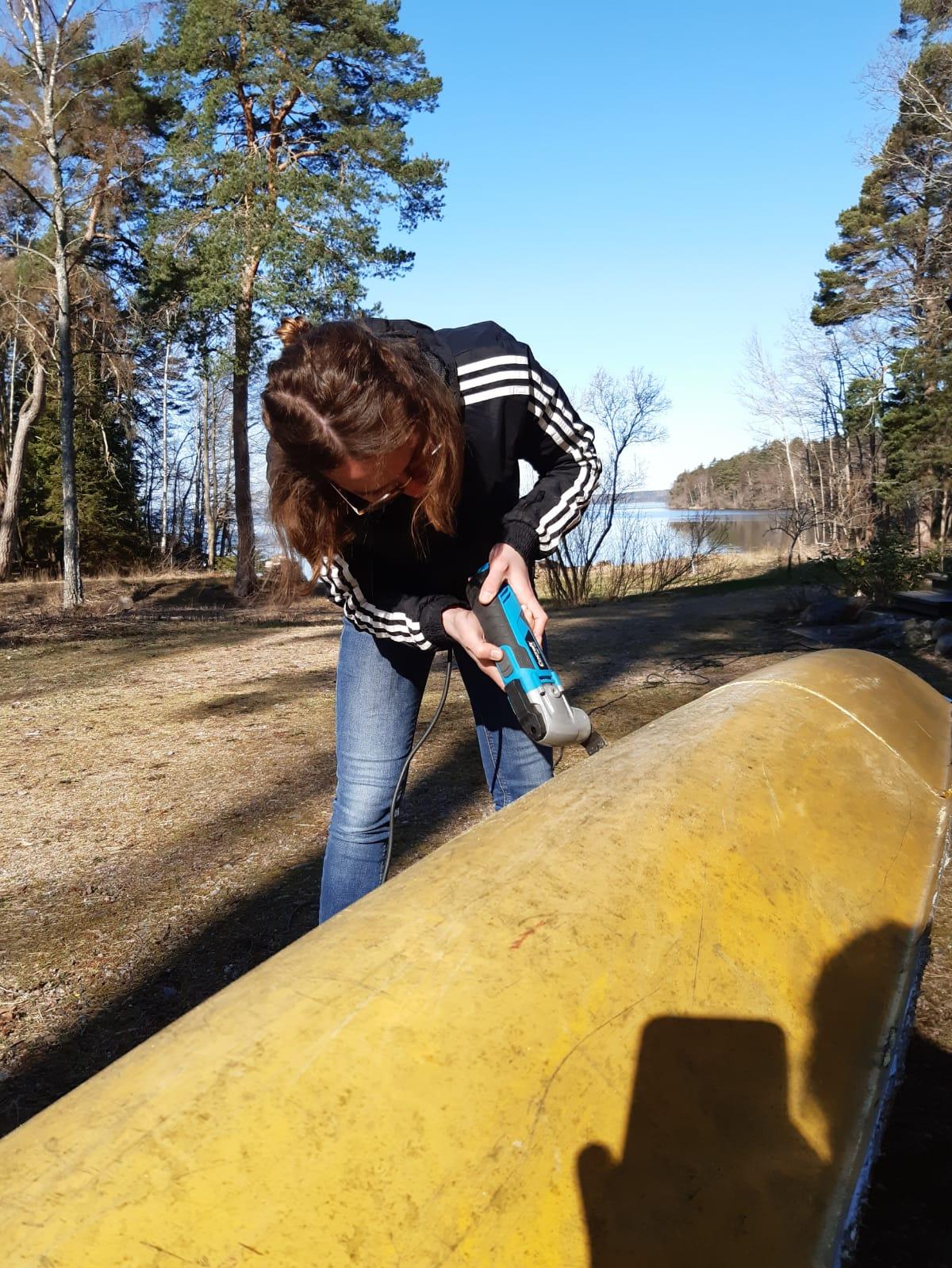 Clarita zersägt ein Kanu