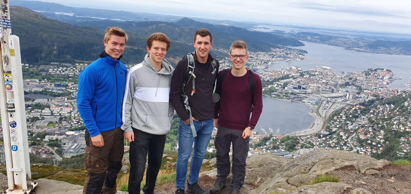 Der Blick vom Ulriken - (v.l.) Hannes, Lasse, Philipp, Thomas