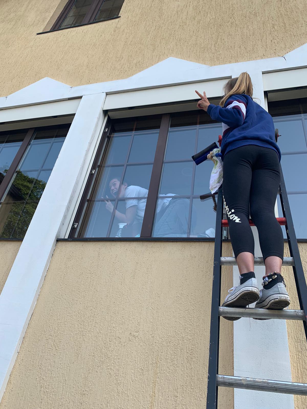 Eva und Julia putzen die Fenster der Kapelle (Foto: Isabell)