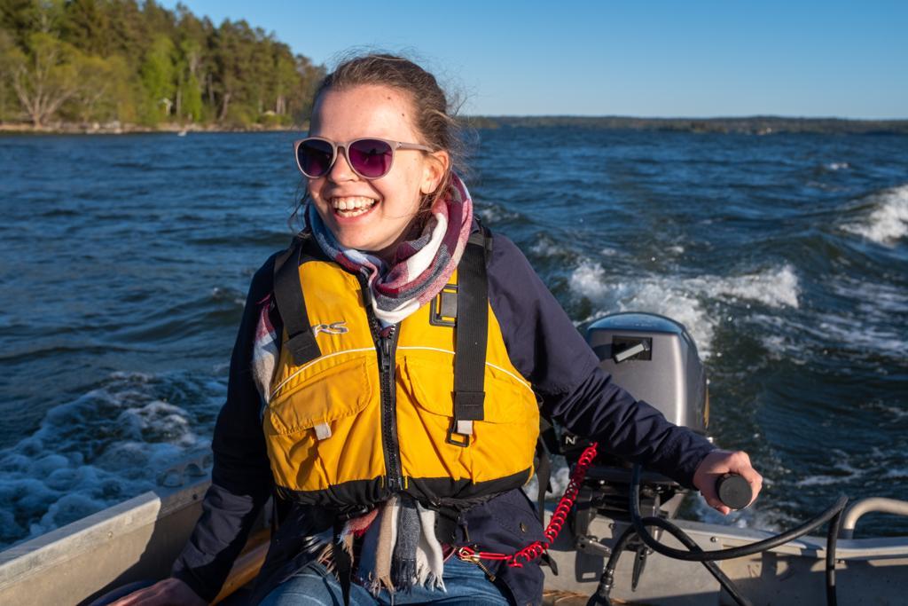 Pauline beim Bootsfahren auf dem Mälaren bei Marieudd