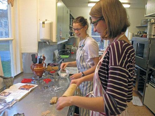 Praktikantinnen beim Backen in der Küche des Gästeheims