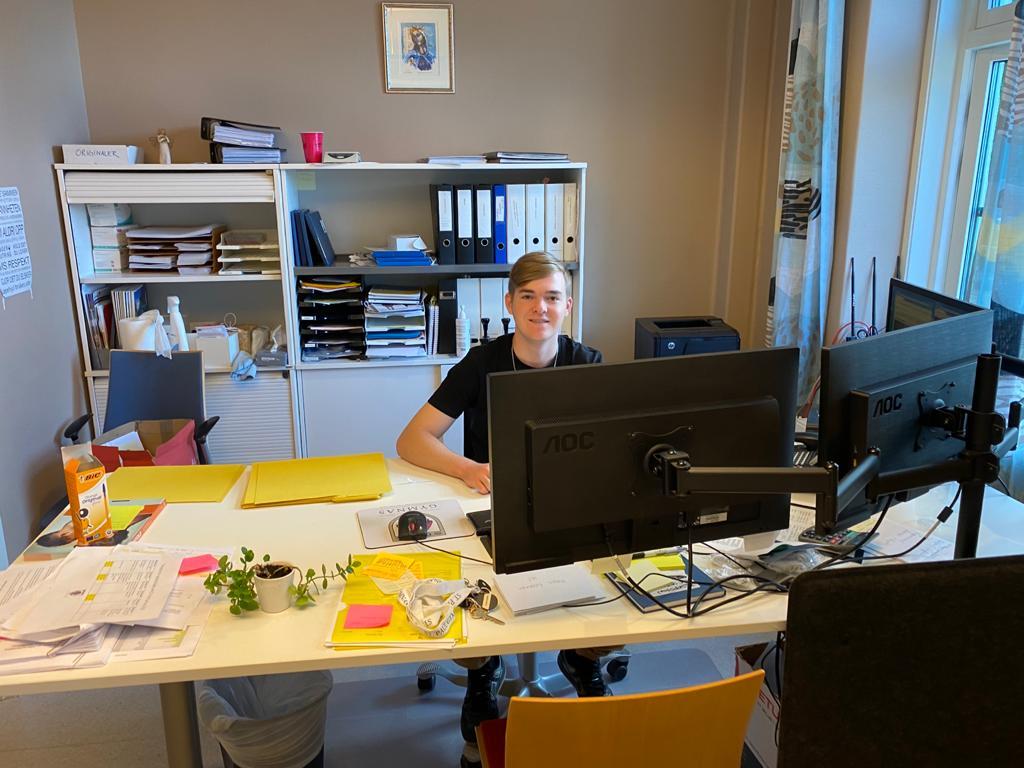 Tim an seinem Arbeitsplatz in der Rezeption der Schule