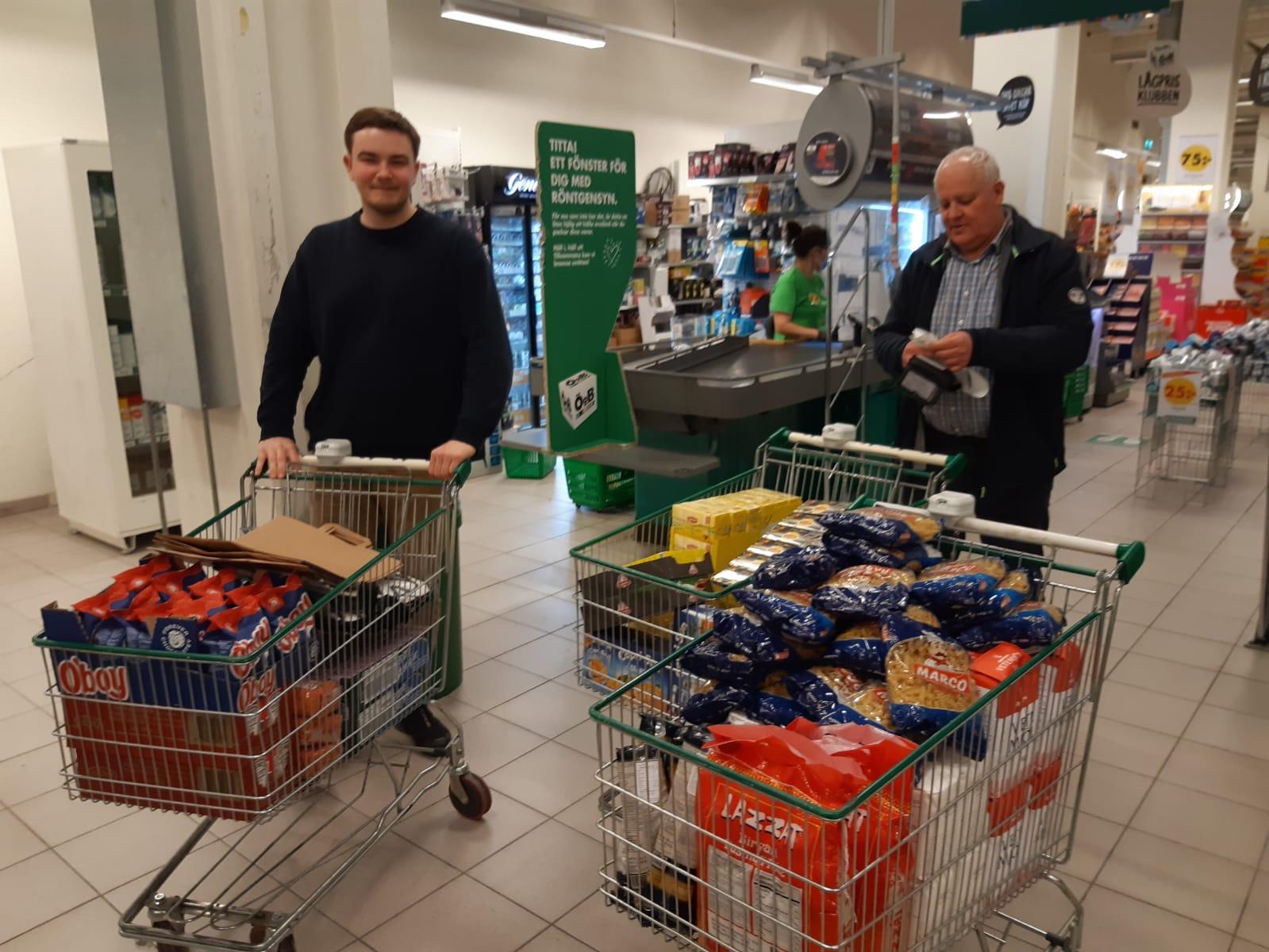 Pieter und Konrad bei Einkaufen für die Caritas