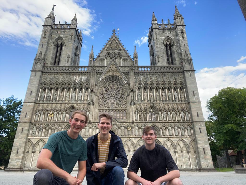 Jonas, Paul und Tim bei ihrer ersten Reise nach Trondheim vor dem Nidarosdom (Foto: Paul Bonte)