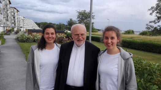 Matea Renic und Raphaela Polk mit dem schwedischen Kardinal und Bischof Anders Arborelius