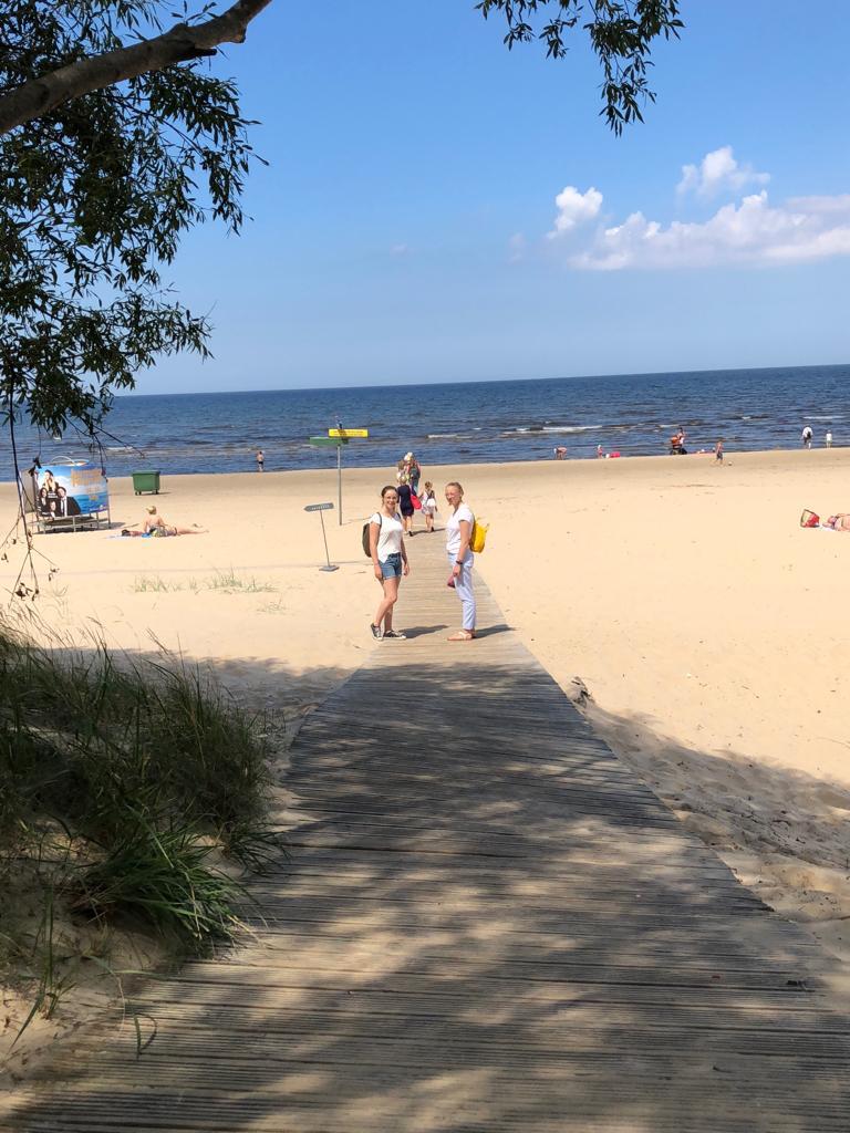 Irina und Josephine am Strand in Lettland