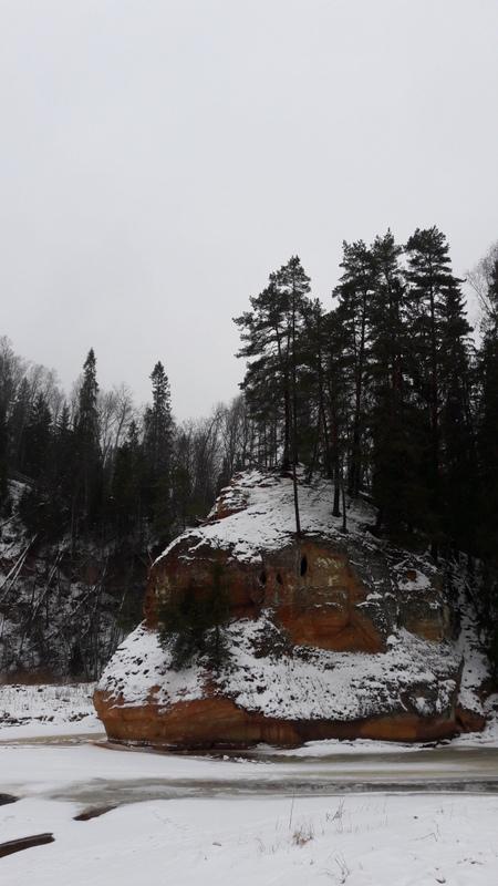 Winterlandschaft bei einer Wanderung in Lettland