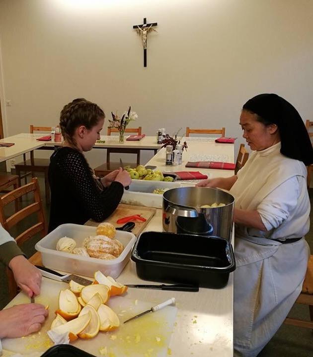 Annika Reiß bei den Vorbereitungen des Weihnachtsbasars im Katarinahjemmet