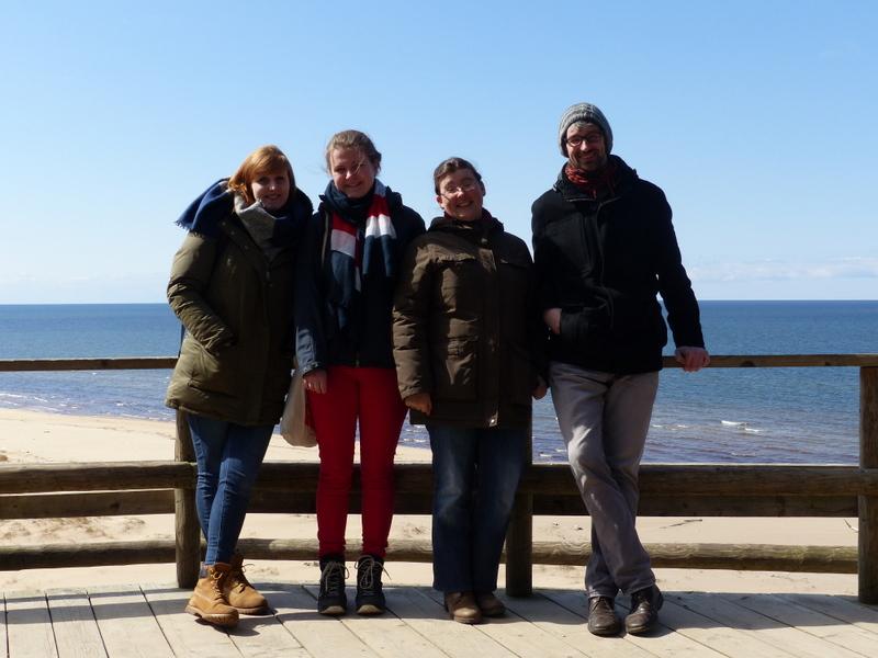 Ausflug an die Küste Lettlands: Anna-Lena Drees, Hannah Olbrich, Schwester Hannah-Rita Laue, Matthias Hein