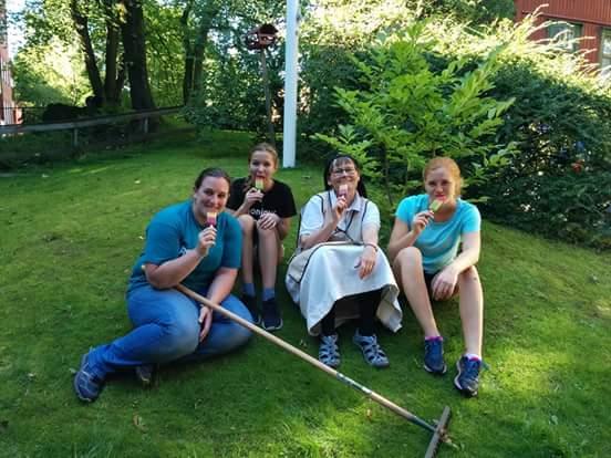 Katja Grohmann gemeinsam mit Annika Reiß, Sr. Ane-Elisabeth und Julianne.