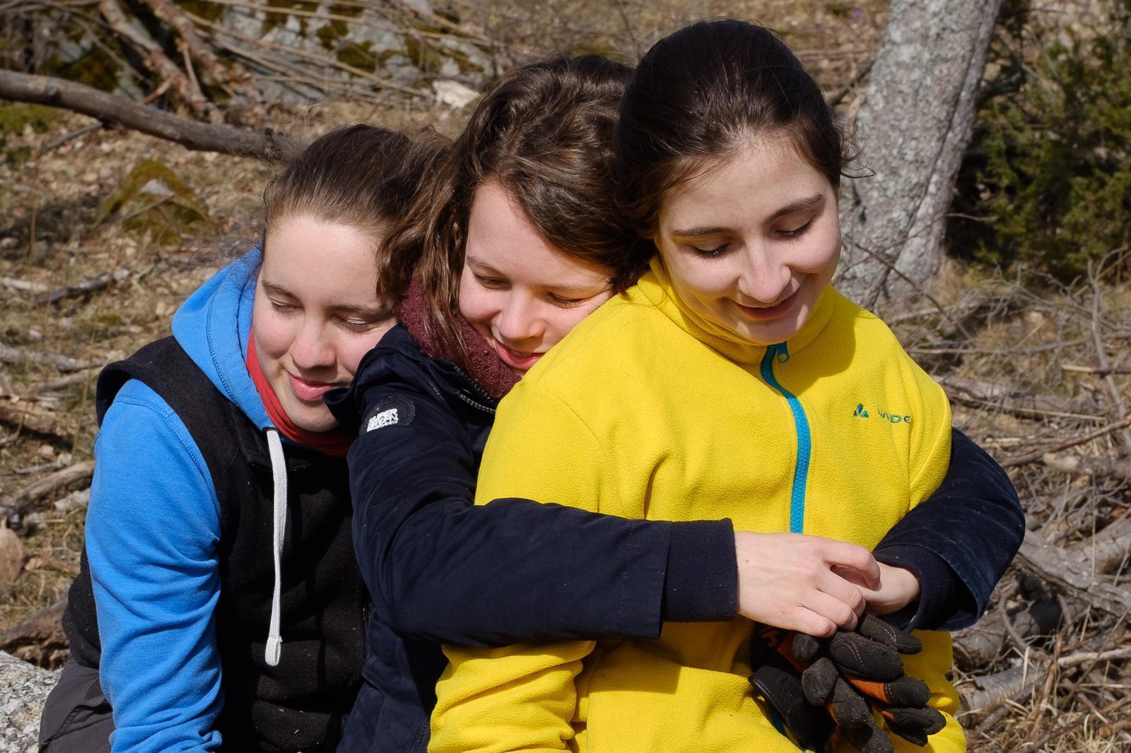 Ricarda, Pauline und Madeleine (v.l.) im Wald des Newmaninstituts