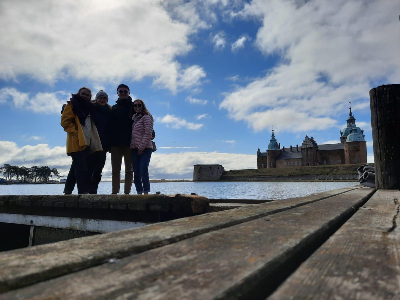 Clarita, Sonja, Konrad und Hannah vor dem Schloss in Kalmar