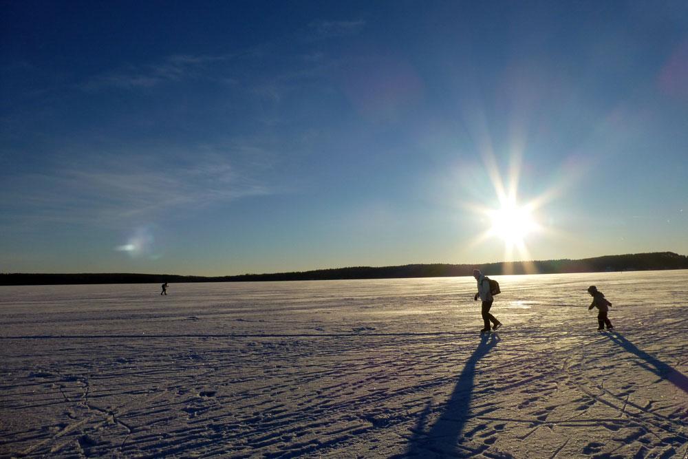 Spazieren auf dem zugefrorenen See.