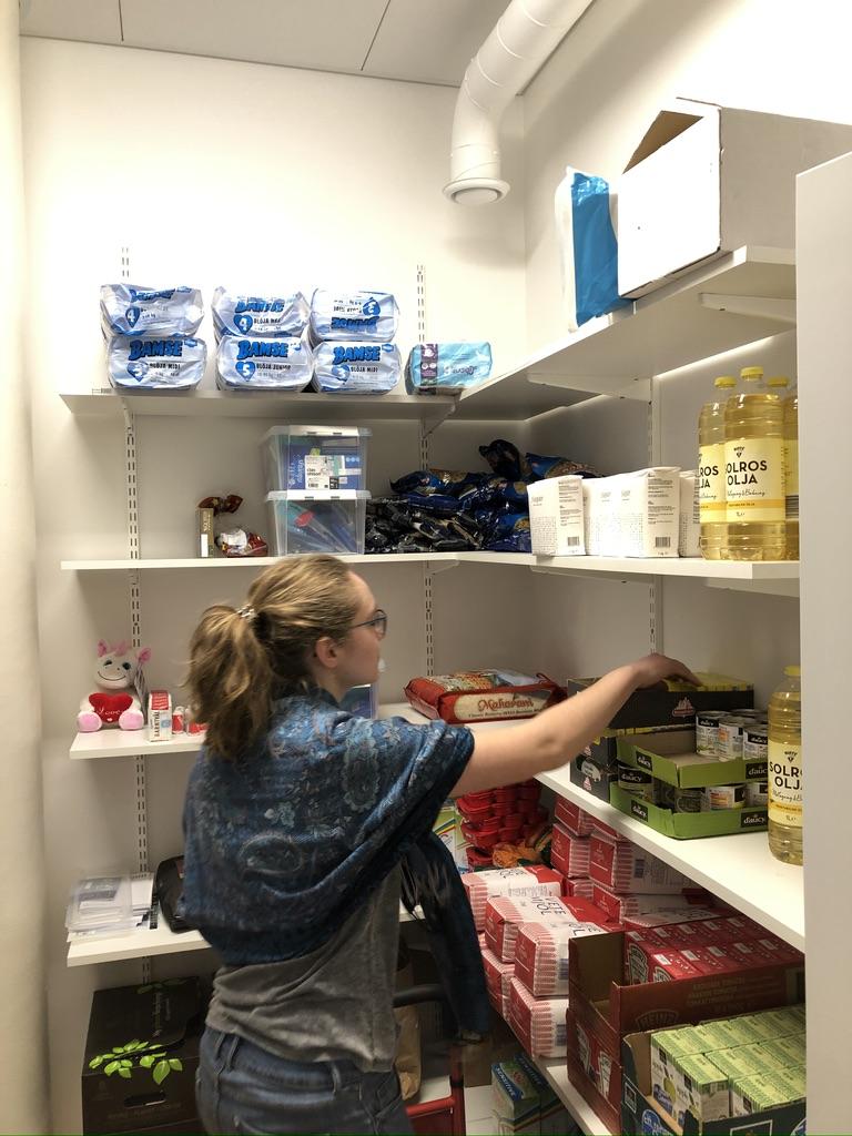 Sonja räumt das Lager mit neuen Lebensmittel ein