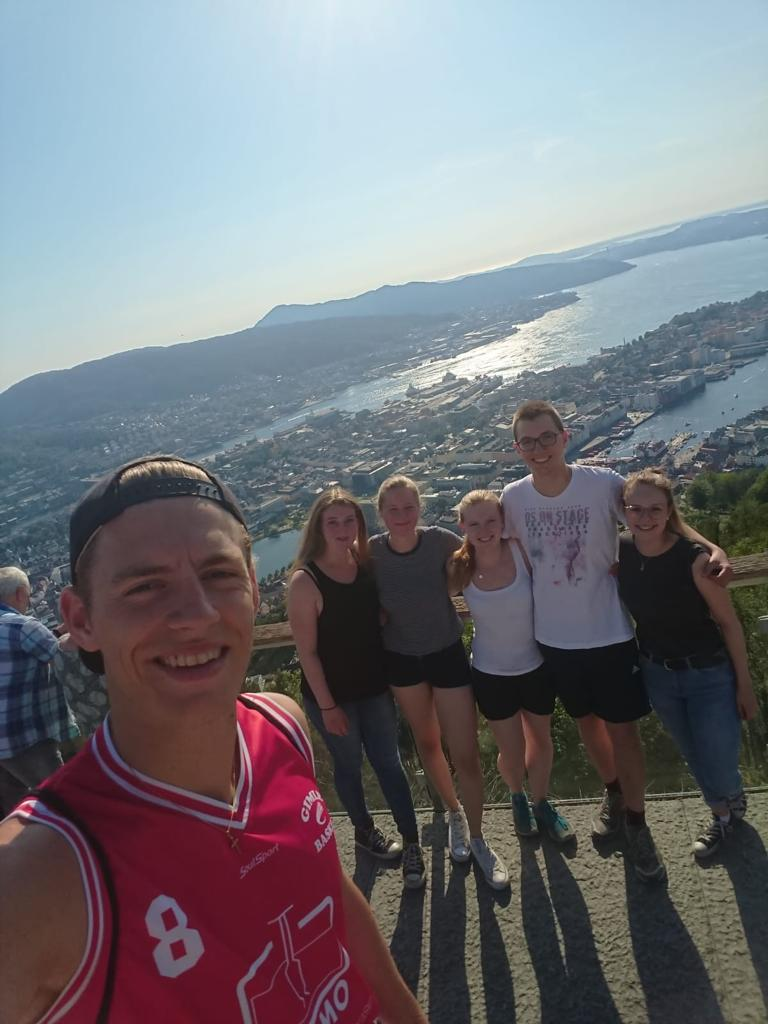 Praktikanten in Bergen: Tobias, Corona, Charlotte, Tabea, Martin und Irina