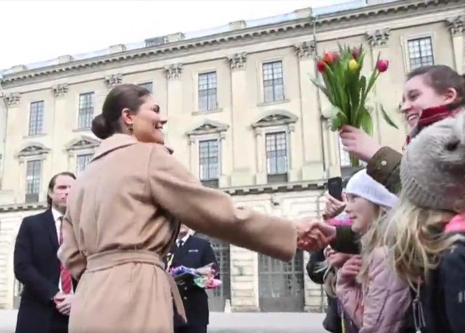 Raphaela Polk überreicht Kronprinzessin Victoria Blumen zu ihrem Namenstag