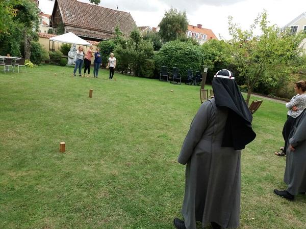 Wikingerschach-Spiel im Garten des Gästeheims