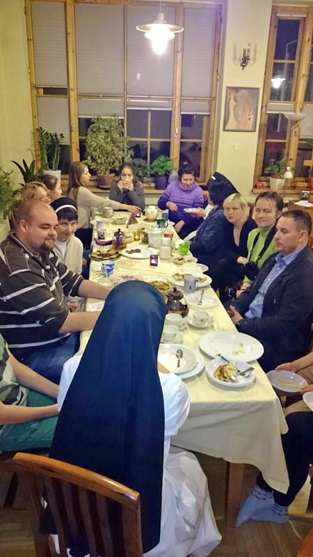 Pfannkuchenabend am Dienstag vor Aschermittwoch – mit lettischem Tanz und einer Menge Süßkram.