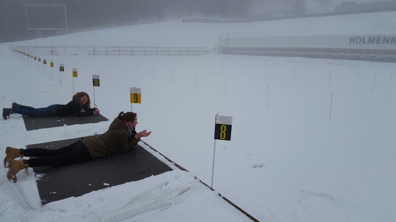 Maris Lohmöller und Raphaela Polk testen die Schießstände auf dem Holmenkollen in Oslo