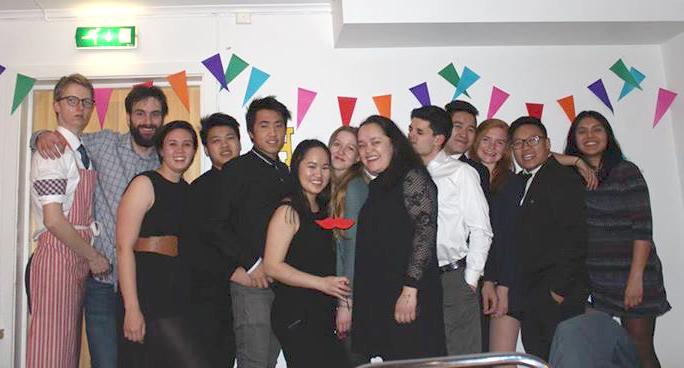 Annika (7. von links) mit anderen Leitern des Ostercamps
