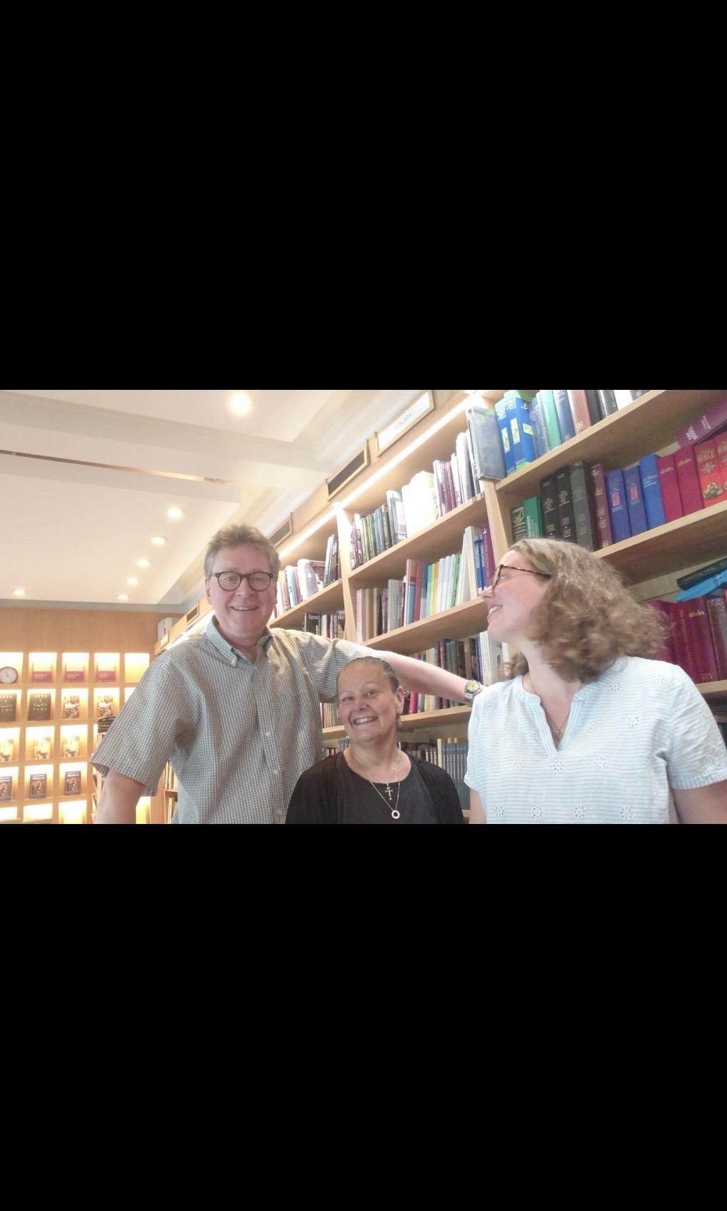 das Team des Buchladens: Peter und Helene mit Catalina