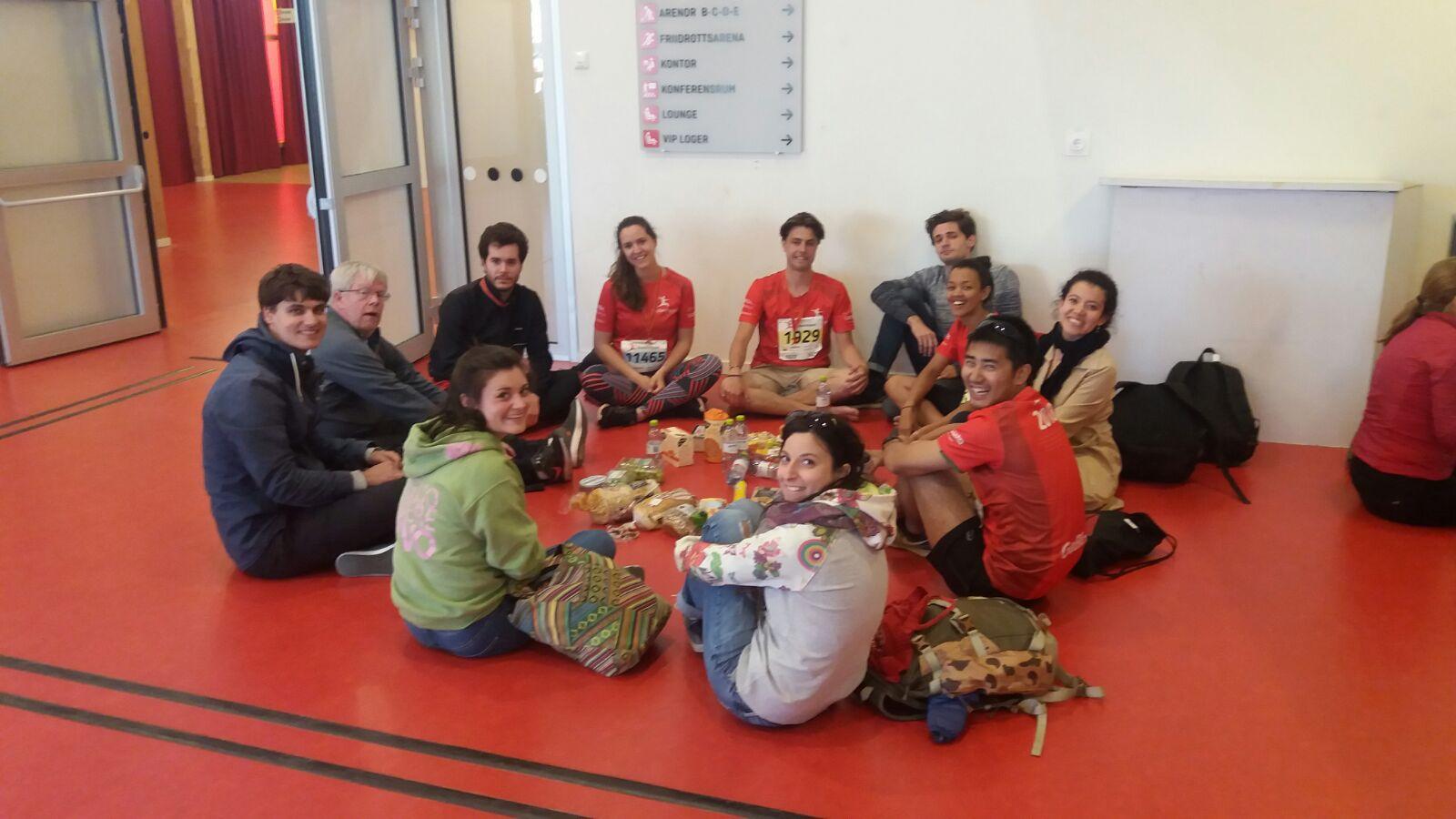 """Johannes Blüm (links) beim Picknick mit der Studentengemeinde nach dem """"Blodomlopp"""""""