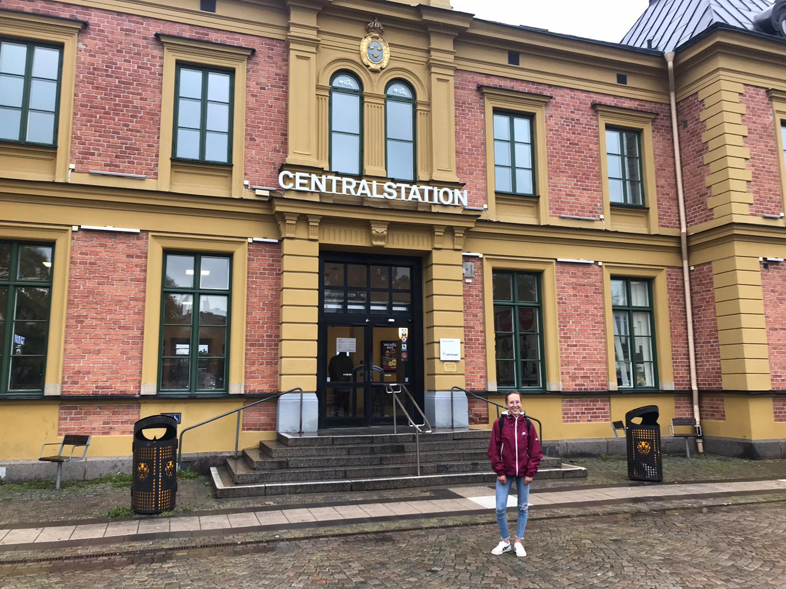 Hannah vor Bahnhof in Linköping