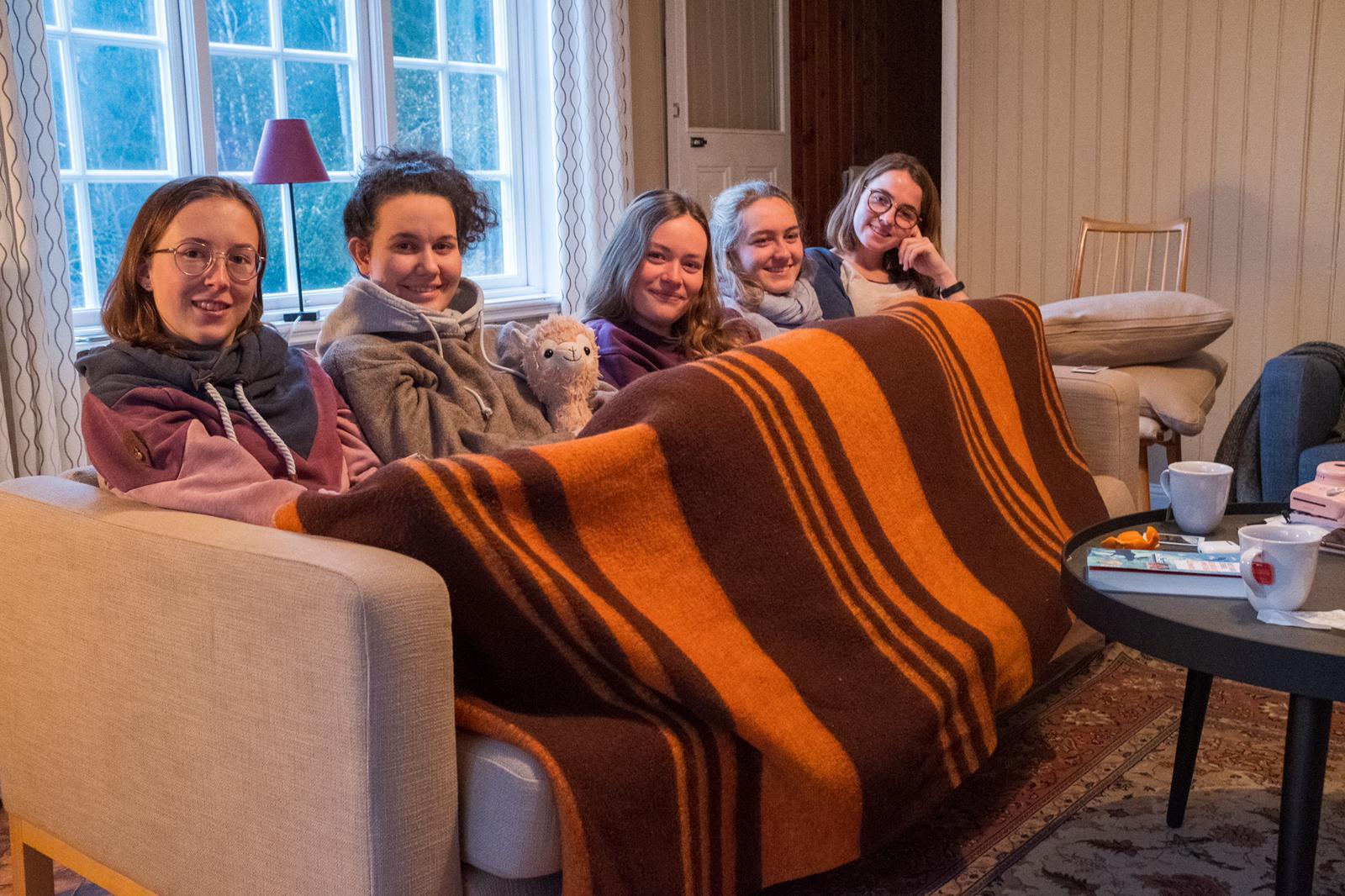 """... und anschließend """"Gruppenkuscheln"""" auf dem Sofa (Fotos: P. Geister)"""