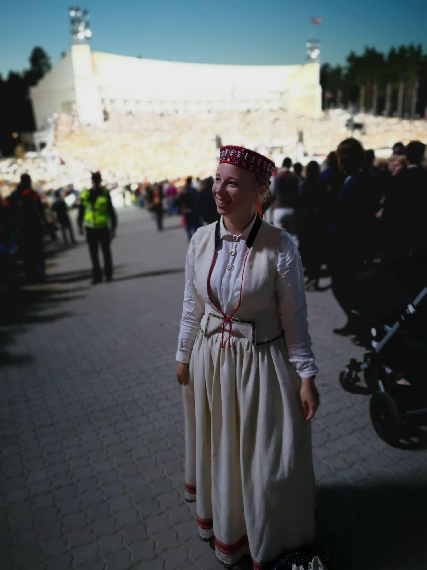 Josephine in lettischer Tracht beim Sängerfestival