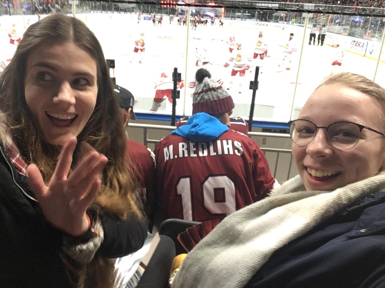 Josephine (rechts) beim Eishockey-Spiel in Riga