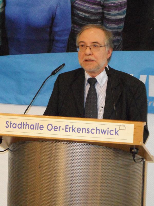 Rainer Lewe bei seinem Powerpoint-Vortrag über 25 Jahre UWG