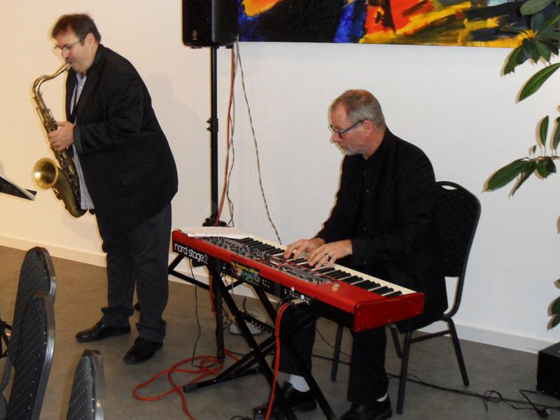 Dietmar Schmahl (Saxofon) und Martin Lelgemann (E-Klavier) begleiten die Jubuläumsfeier musikalisch