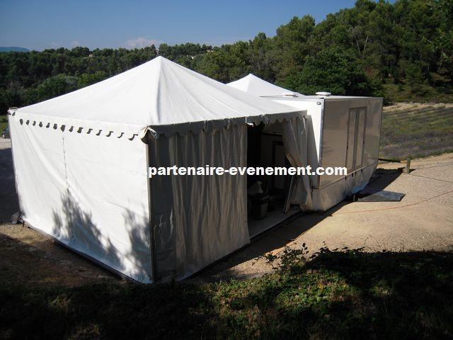 Caravane avec tente accueil et vestiaires