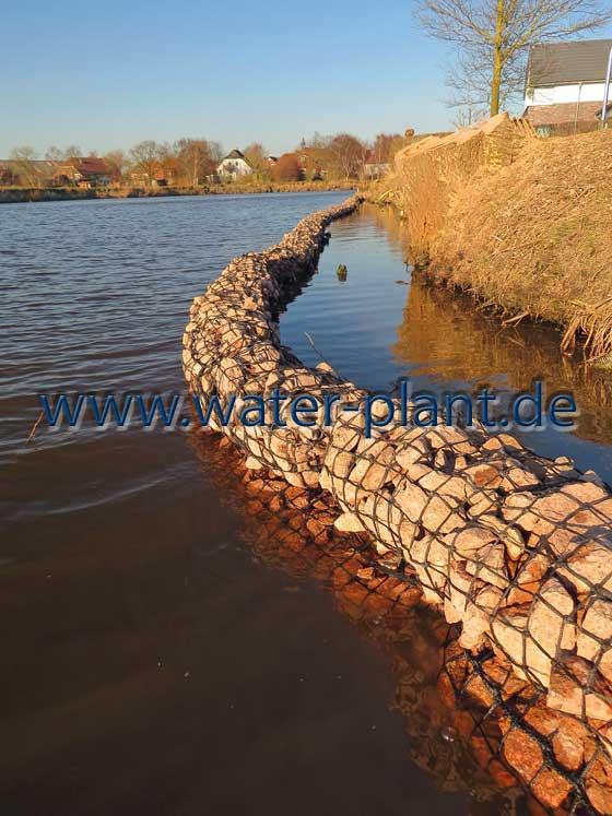 Steinwalzen markieren die neue Uferlinie