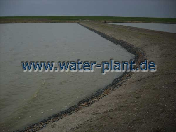 Steinmatratzen an einem großen Baggersee