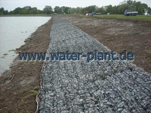 Steinmatratzen sichern das spätere Ufer gegen Wellenschlag